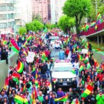 """-FOTODELDÍA- AME2883. LA PAZ (BOLIVIA), 10/11/2019.-BOL112 LA PAZ (BOLIVIA), 10/11/2019.- Ciudadanos bolivianos celebran la renuncia del presidente de Bolivia, Evo Morales, este domingo en La Paz (Bolivia). Morales confirmó que renuncia a la Presidencia después de casi 14 años en el poder, en un video desde algún lugar indeterminado, tras haber dimitido en cascada la mayoría de su Gobierno. El mandatario apareció en la televisión para anunciar su renuncia, tras lamentar un """"golpe cívico"""" y que la Policía se hubiera replegado a sus cuarteles en los últimos días. EFE/Martin Alipaz"""