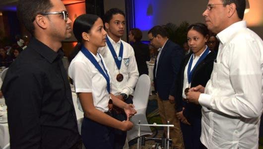 Antonio Peña Mirabal apoya estudiantes que ganaron bronce en mundial de robótica en Dubái
