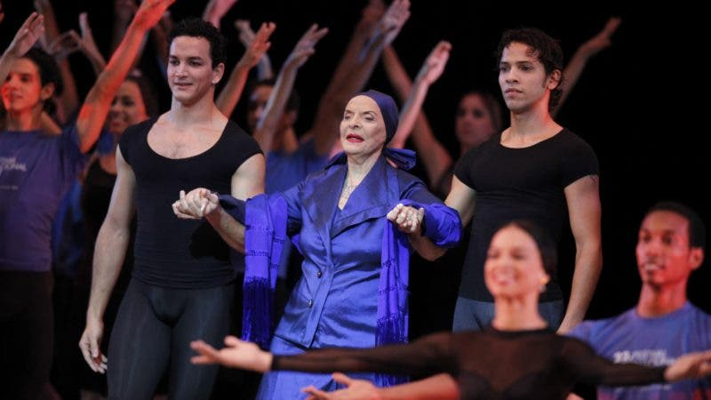 Alicia Alonso, Cuba's prima ballerina and director of Cuba's National Ballet, center, is escorted by dancers during the opening ceremony of the 22nd International Ballet Festival in Havana, Thursday, Oct. 28, 2010. The festival ends Nov. 7. (AP Photo/Javier Galeano)
