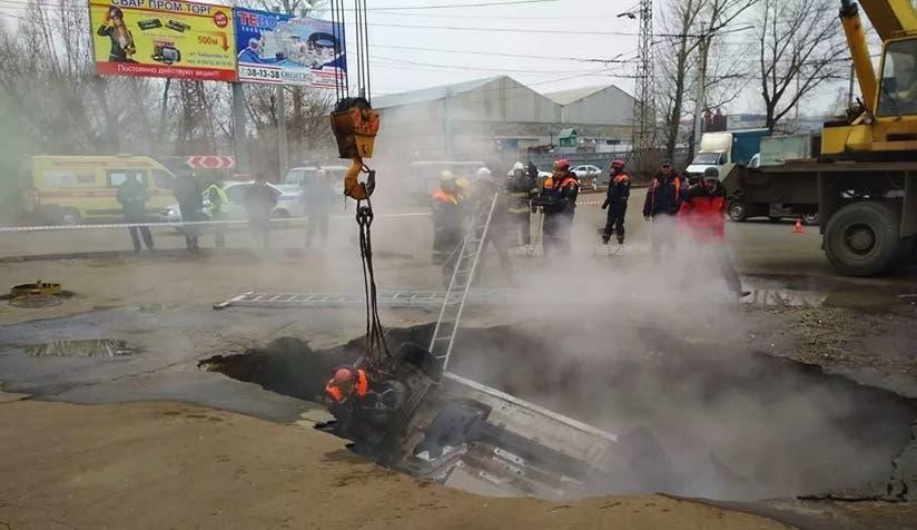 Video: ¡Insólito! Vea aquí como dos hombres mueren abrasados en un auto tras caer a socavón lleno de agua hirviendo