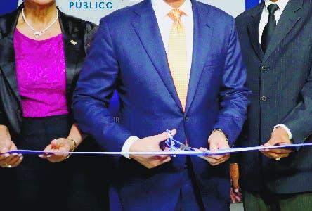 LA VEGA.- El procuradorgeneral de la República, Jean Rodríguez, entregó en esta provincia la Unidad deAtención Integral a Víctimas de Violencia de Género, como parte de las accionesdel Plan Nacional Contra la Violencia de Género, que persigue mejorar larespuesta al flagelo de la violencia de género en el país.  El procurador Jean Rodríguez mientras realiza el corte de cinta durante elacto de entrega de la Unidad. Le acompañan, desde la izquierda, las titularesde la Fiscalía y la Procuraduría Regional de La Vega, Aura Luz García y JessicaRamírez, respectivamente; el juez presidente de la Corte de Apelación, MarioNelson Mariot, y la directora de la Dirección Contra la Violencia, Ana AndreaVilla Camacho, y otras personalidades que participaron en la actividad. Hoy/Fuente Externa 20/11/19