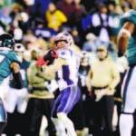 Julian Edelman, de los Patriots de Nueva Inglaterra, lanza un pase de anotación ante los Eagles de Filadelfia, el domingo 17 de noviembre de 2019 (AP Foto/Matt Rourke)