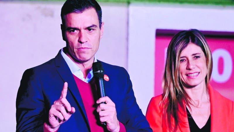 GRAF6896. MADRID, 10/11/2019.- El líder del PSOE Pedro Sánchez (2i), su mujer Begoña Gómez (2d), Carmen Calvo (i), y Cristina Narbona (d), celebran los resultados electorales hoy domingo en la sede socialista de Ferraz, en Madrid. EFE/JuanJo Martín.