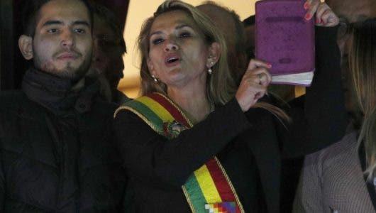 Senadora Jeanine Áñez asume presidencia interina de Bolivia