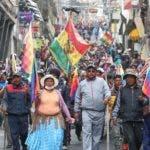 AME4994. LA PAZ (BOLIVIA), 14/11/2019.- Cientos de simpatizantes del expresidente boliviano Evo Morales marchan este jueves, en La Paz (Bolivia). Bolivia está sumida en una crisis tras los comicios del 20 de octubre, con protestas que inicialmente fueron en contra de Evo Morales por denuncias de fraude para lograr su reelección para un cuarto mandato consecutivo. Morales renunció a la Presidencia el pasado domingo y se fue al día siguiente en condición de asilado a México, desatando desde entonces las protestas de sus seguidores. EFE/ Martin Alipaz