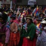 """AME6890. LA PAZ (BOLIVIA), 18/11/2019.- Bolivianos participan en una concentración a favor de Evo Morales, este lunes en La Paz. Morales anunció su renuncia tras más de trece años en el poder, entre otras razones, luego de que los militares """"sugirieran"""" su dimisión y tras la publicación de un informe de la Organización de Estados Americanos (OEA) en el que advirtió de """"graves irregularidades"""" en las elecciones del 20 de octubre, en las que fue proclamado vencedor para un cuarto mandato consecutivo. EFE/ Rodrigo Sura"""