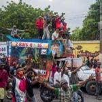 AME6942. PUERTO PRINCIPE (HAITÍ), 18/11/2019.- Centenares de haitianos protestan para pedir la destitución del presidente de Haití, Jovenel Moise, este lunes, en Puerto Principe (Haiti). Desde mediados de septiembre se producen protestas constantes que han paralizado prácticamente las actividades económicas y mantienen las escuelas cerradas. Mientras Moise pedía diálogo, sus opositores tomaron las calles de Puerto Príncipe y ciudades del interior como Les Cayes, Miragoane, Petit Goave, Saint-Marc y Cap-Haitien, para exigir su salida del poder. EFE/ Jean Marc Herve Abelard