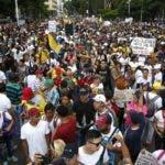 AME8191. CALI (COLOMBIA), 21/11/2019. - Miles de personas protestan durante el Paro Nacional este jueves, en Cali, (Colombia). Las organizaciones sociales reclaman al Gobierno un mayor compromiso con la implementación del acuerdo de paz con las FARC, así como medidas de protección efectivas para indígenas y líderes sociales, blanco de una ola de asesinatos que han cobrado la vida de muchos de ellos. EFE/ERNESTO GUZMÁN JR