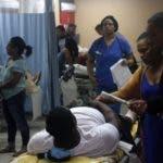 Hoy el Hospital Dr. Darío Contreras recibió 23 persona heridas por causa de un accidente de un auto bus que se precipito al vacio de la autopista de samaná en foto : los heridos  y familiares HOY Duany Nuñez 21-11-2019