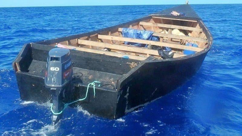 MIA32. SAN JUAN (PUERTO RICO), 14/11/2019.- Fotografía cedida por la Guardia Costera estadounidense donde se muestra un barco de fabricación casera en el que iban 52 migrantes a bordo durante un viaje ilegal este 13 de noviembre de 2019 en el pasaje Mona, entre el este de República Dominicana y el oeste de Puerto Rico. El barco fue interceptado, en una operación conjunta, por la Guardia Costera de EE.UU., la Unidad de Aduanas y Protección Fronteriza federal y las unidades aéreas y de superficie de la armada de la República Dominicana. EFE/Guardia Costera EEUU/ SOLO USO EDITORIAL/NO VENTAS/ MÁXIMA CALIDAD DISPONIBLE