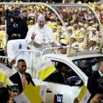 Bangkok (Thailand), 21/11/2019.- Pope Francis (C) waves at devotees as he arrives to celebrate a Holy Mass at National Stadium in Bangkok, Thailand, 21 November 2019. Pope Francis is in Thailand for an apostolic visit on the occasion of the 350th anniversary of the founding of Mission de Siam. Pope Francis is the first pontiff to visit Thailand in nearly four decades after John Paul II in 1984. (Papa, Tailandia) EFE/EPA/RUNGROJ YONGRIT