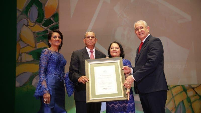 Agustín de Jesús Jáquez y Celedonia Gómez reciben reconocimiento de  Cándida Montilla de Medina y Antonio Vargas