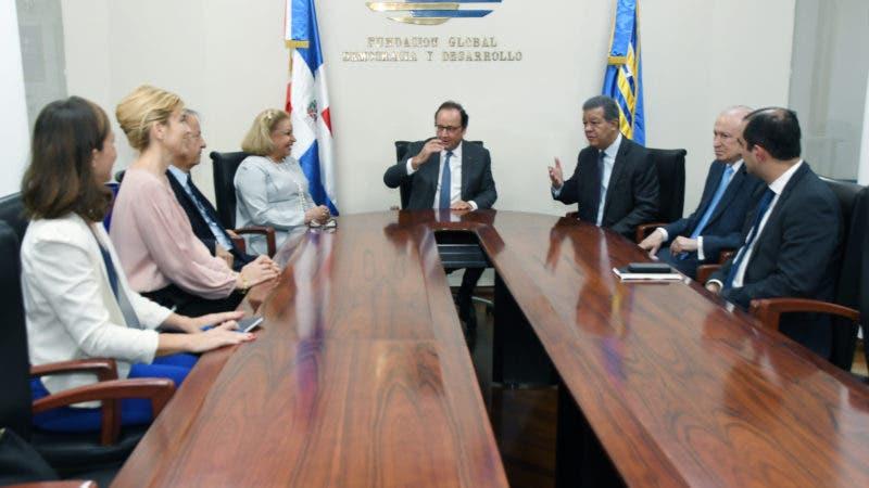 Asistentes al encuentro entre Fernández y Hollande