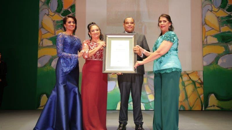 César Parray Marilyn García reciben reconocimiento de  Cándida Montilla de Medina y Rosa Mena de Vargas