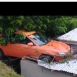 Vehículo encima de su casa