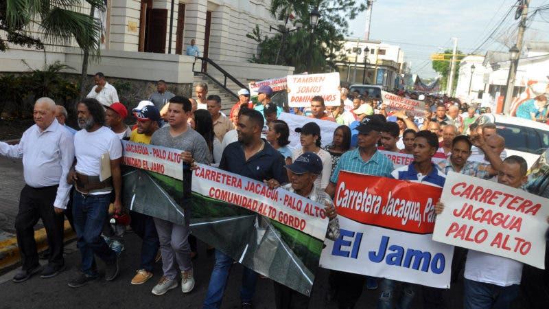 Campesino realizan marcha en reclamo de la terminación de la carretera de palo alto en Santiago. Hoy Wilson Aracena