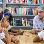 Danilo Diazgranados con las niñas de Fundación Mir