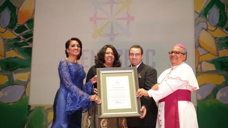 Domingo Eladio Guzmán y Sorange Vilchez  reciben reconocimiento de  Cándida Montilla de Medina y Monseñor Benito Angeles