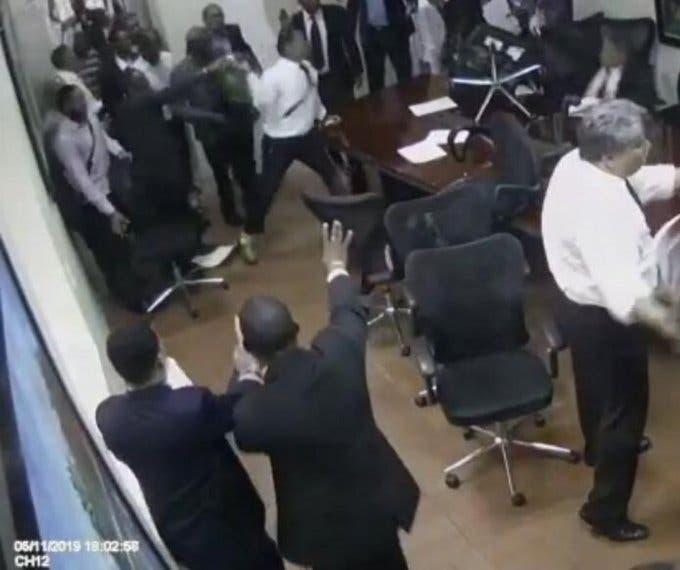 Video: Con empujones, golpes y sillazos terminó reunión del Colegio de Abogados