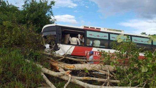 """Video: """"Nos robaron todo, la gente se paró no ayudar, sino a robar"""", dice pasajero de autobús accidentado"""
