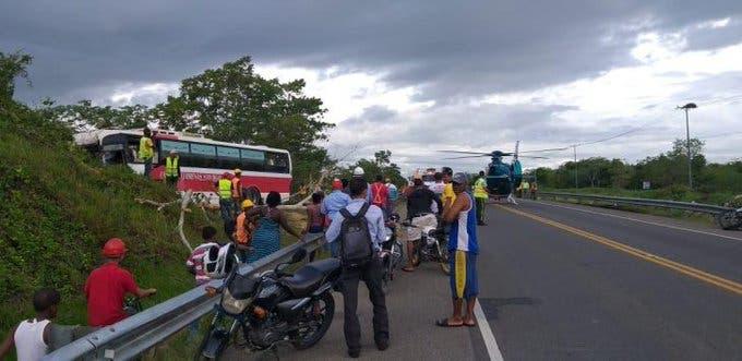 Un muerto y varios heridos tras accidente de autobús en la autopista del Nordeste