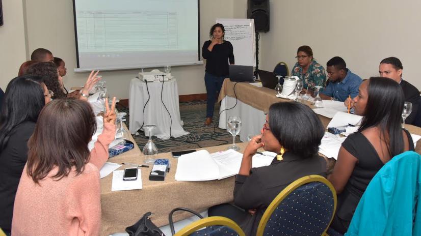 Educación imparte taller sobre definición de desempeño en pruebas diagnósticas
