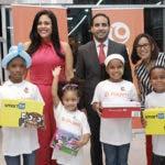principal Denise Bernard, Eric González, Solanye Pineda, y los niños Erick Ribota, Keisha Martínez, Melinda Matos y Diony de la Cruz