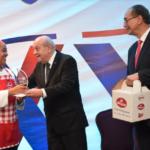 Franklyn Holguín entrega premio