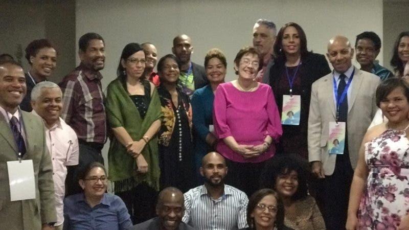 Integrantes del TLNSD junto a la escritora Jeannette Miller