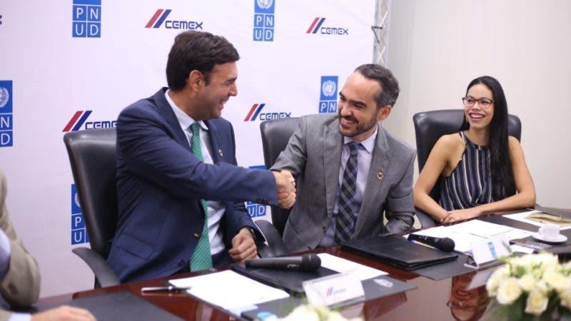 José Antonio Cabrera, director general CEMEX, RD, PR y Haití junto a Xavier Hernández, representante residente adjunto del PNUD.