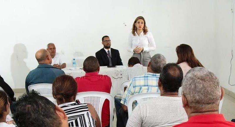 La procuradora fiscal titular del DN Rosalba Ramos mientras conversa con comunitarios del sector Villas Agrícolas.