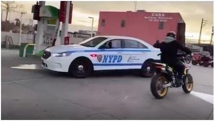 Video: Vea el peligroso acoso de motorista a patrulla policial para recuperar moto retenida en el Bronx