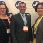 Laura Baecher, presidenta entrante, Junto a Juan Valdez, y Juliet Luther, pasada presidenta de New York State–TESOL.