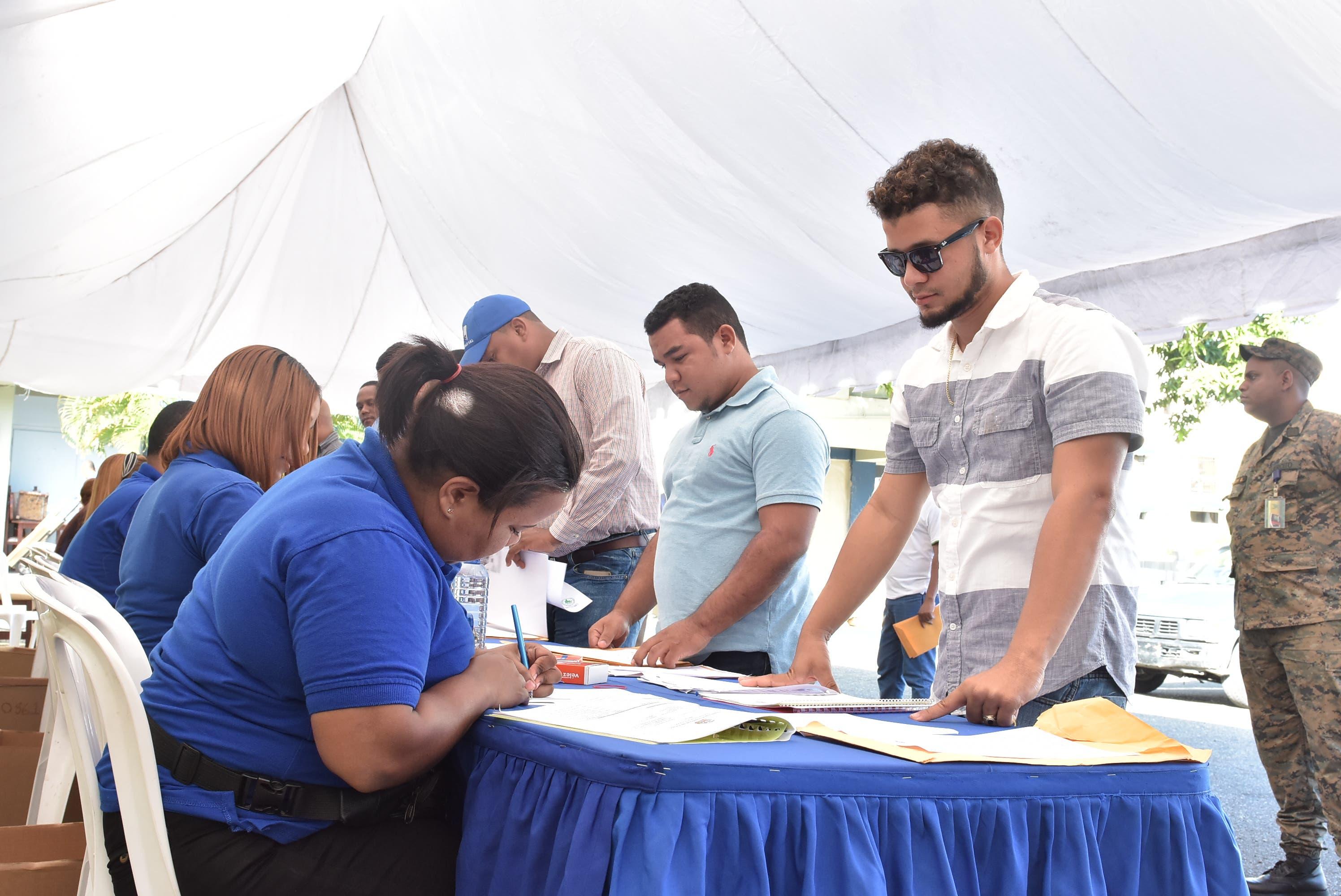 Cerca de 3 mil 500 ingenieros y arquitectos depositan documentos para sorteo de obras del INAPA