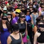 """Cuatro mujeres de 31 años movilizaron una protesta feminista con un centenar de voces. """"Y la culpa no era mía, ni dónde estaba ni cómo vestía"""", dice el verso más repetido en esta intervención. """"El violador eres tú"""", sentencia la letra de esta canción que ha sido replicada por medios a nivel internacional. Se trata del colectivo Lastesis, fundado por Dafne Valdés, Paula Cometa, Sibila Sotomayor y Lea Cáceres, todas originarias de Valparaíso, en el centro de Chile."""