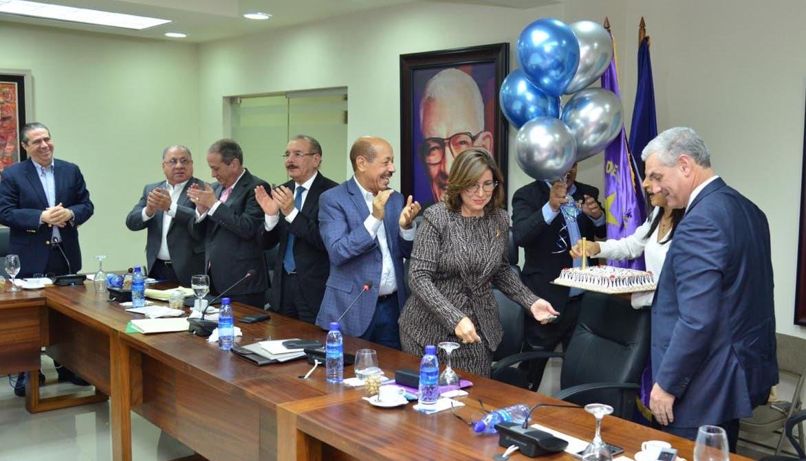 Celebran cumpleaños de Gonzalo Castillo durante reunión del Comité Político PLD