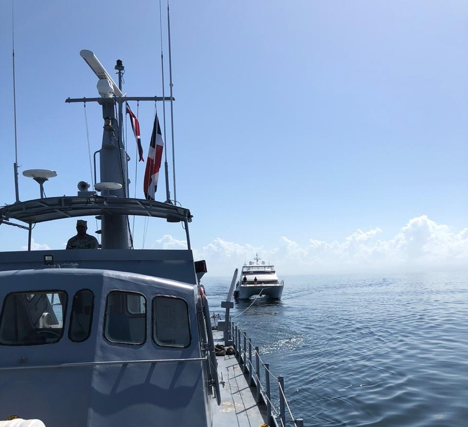 Rescatan pareja británica en barco que se averió en alta mar