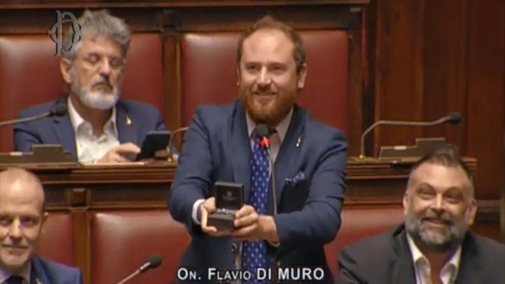 ¡Que romántico! Diputado pide matrimonio a su novia durante la sesión parlamentaria Roma