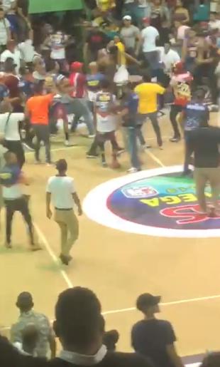 Video: A patadas y trompadas terminó un juego del Torneo Superior de Baloncesto de La Vega