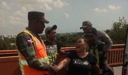 Video: Mujer intenta lanzarse de puente en Santiago