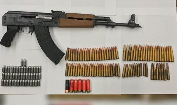 Apresan hispano en Queens con fusil AK-47 y proyectiles
