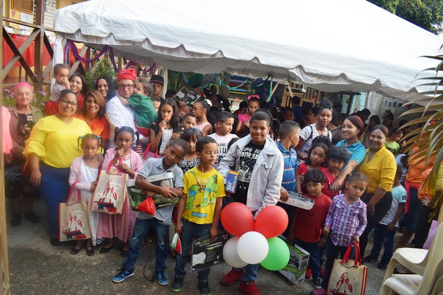 Realizan almuerzo navideño y entrega de juguetes a niños en Constanza