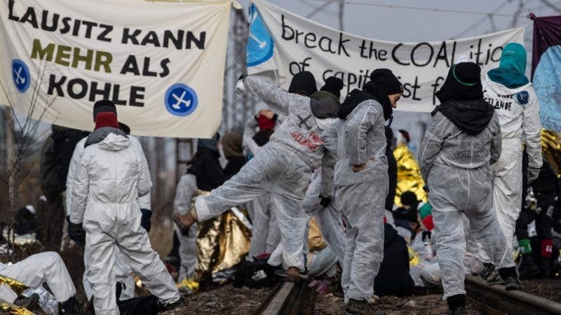 Cottbus (Germany), 30/11/2019.- Climate activists block the rail line to the lignite-fired power plant Jaenschwalde, near Cottbus, Germany, 30 November 2019. Some 200 anti-coal protesters tried to force their way into the Jaenschwalde power plant, while others penetrated Jaenschwalde and Welzow-Sued lignite mines, forcing power plant operator LEAG to reduce the facility performance, media reported. (Protestas, Incendio, Alemania) EFE/EPA/FILIP SINGER