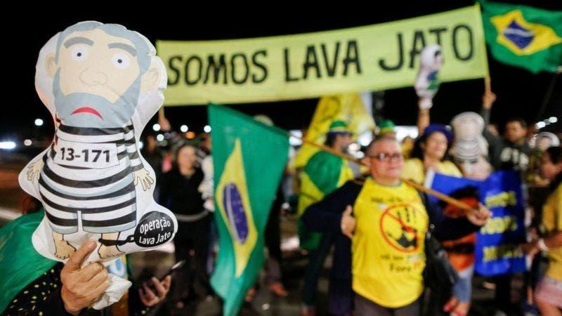 Los escándalos de corrupción dañaron la imagen del PT de Lula en Brasil.