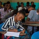 AME2060. PUERTO PRÍNCIPE (HAITÍ), 02/12/2019.- Algunas escuelas reabrieron sus puertas este lunes, después de haber pasado casi tres meses cerradas debido al levantamiento popular que exige la renuncia del presidente haitiano, Jovenel Moise, en Puerto Príncipe (Haití). Las escuelas volvieron a funcionar en silencio y con una baja afluencia de estudiantes, por el miedo de muchos padres a llevar a sus hijos a clase en el clima de agitación que vive el país. Las escuelas, institutos de secundaria y universidades estaban cerrados desde que estallaron las protestas el pasado 16 de septiembre, una semana exacta después del inicio del curso 2019-2020. EFE/ Jean Marc Herve Abelard