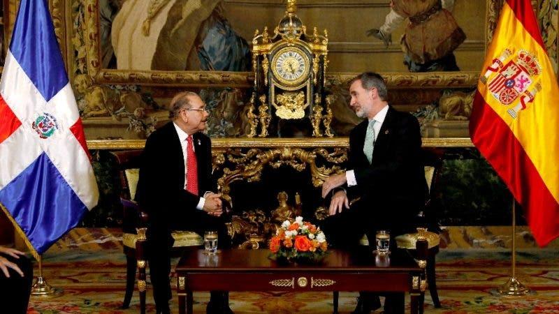 GRAF1772. MADRID, 02/12/2019.- El rey Felipe VI (d) recibe al presidente de la República Dominicana, Danilo Medina, este lunes en el Palacio Real con motivo de su asistencia a la Cumbre del Clima. EFE/ Ballesteros POOL