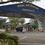 AME3389. PENSACOLA (ESTADOS UNIDOS), 06/12/2019.- Fotografía de archivo sin fechar cedida por la oficina de información de la Marina que muestra la entrada principal de la base aeronaval en Pensacola (EE.UU.). El autor de un tiroteo registrado este viernes en una base aeronaval en Pensacola (noroeste de Florida) murió neutralizado por las fuerzas de seguridad, así como tres de las personas a las que les disparó, confirmaron fuentes oficiales. EFE/ Patrick Nichols Oficina De Información De La Marina SOLO USO EDITORIAL NO VENTAS