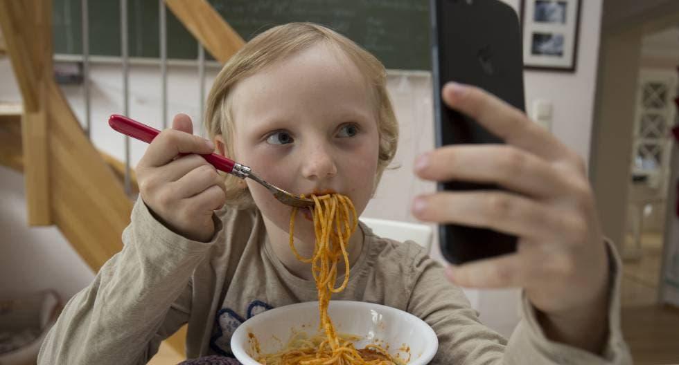 El papa reprende a los niños que usan el móvil mientras comen con la familia