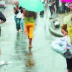 Economia Un gran flujo de personas estubieron en la alteria comercial de la Av. Duarte no importando las fuertes lluvias. Hoy. Manelik Balcacer. 23-12-09