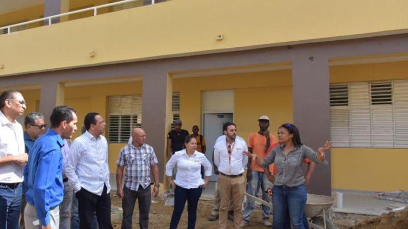 Ministro de educacion Antonio Peña Mirabal inspecciona construccion de Escuela.  Hoy/Fuente Externa 1/12/19